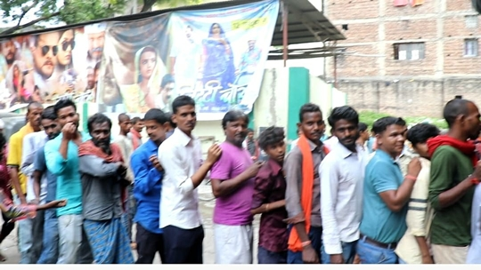 The audience Thronged To See Khesari Lal Yadav's Litti Chokha Based On The Problems Of Farmers
